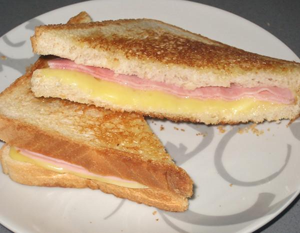 Sandwich mixto con patatas paja