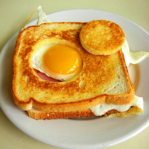 Sandwich mixto con huevo y patatas paja